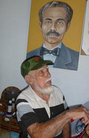 Al pie de la imagen de su maestro, Pedro Albizu Campos, y con la gorra cubana que se puso para recibir al visitante.